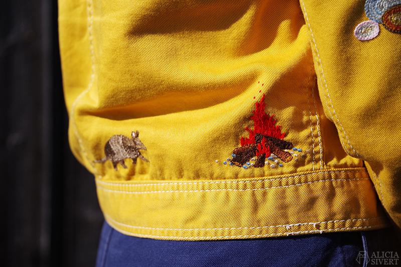 Gula västernjackan (nästan) ett år - www.aliciasivert.se // gul jacka broderad med vilda västern-motiv av Alicia Sivertsson brasa bältdjur eld nine-banded armadillo embroidery broderier brodera på kläder