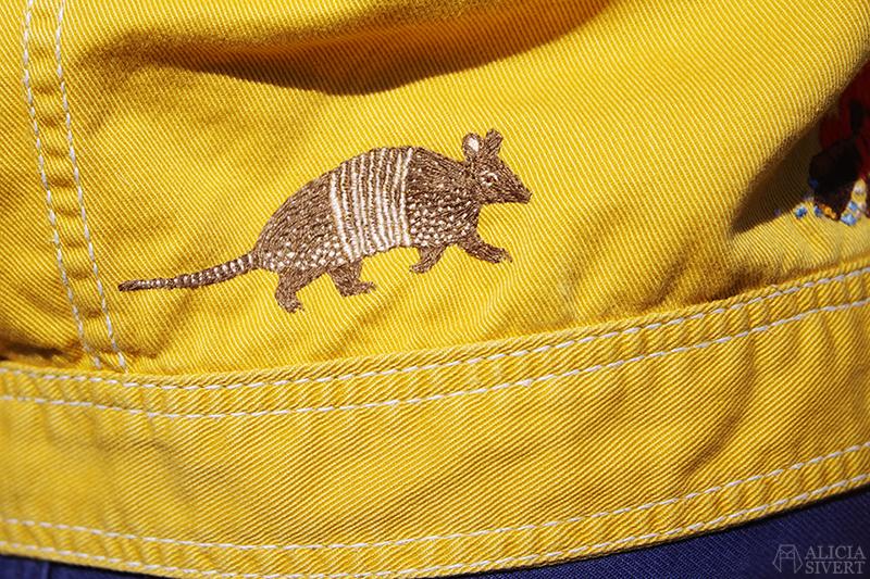 Gula västernjackan (nästan) ett år - www.aliciasivert.se // gul jacka broderad med vilda västern-motiv av Alicia Sivertsson bältdjur nine-banded armadillo embroidery broderier brodera på kläder