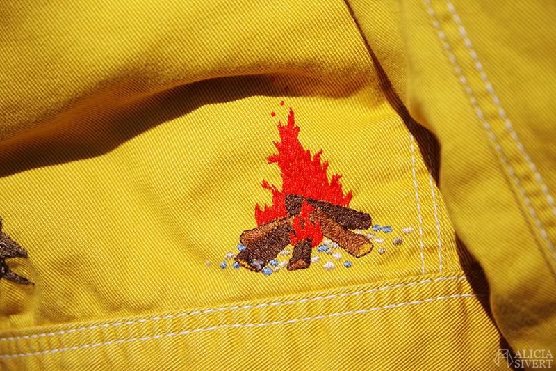 Gula västernjackan (nästan) ett år - www.aliciasivert.se // gul jacka broderad med vilda västern-motiv av Alicia Sivertsson brasa eld embroidery broderier brodera på kläder