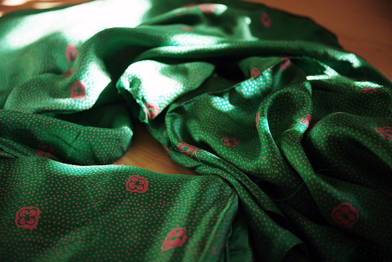 Grönt sidentyg med rödrosa blommor och prickar. Mormors tyger - www.aliciasivert.se