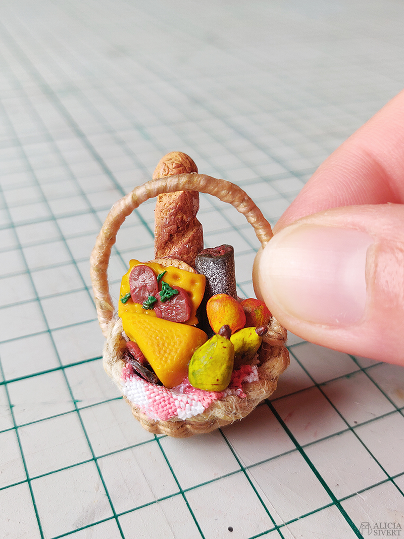 Picknickkorg i miniatyr med bröd, salami, prickig korvmacka, ost och frukt av cernitlera. Den kreativa första semesterveckan - www.aliciasivert.se