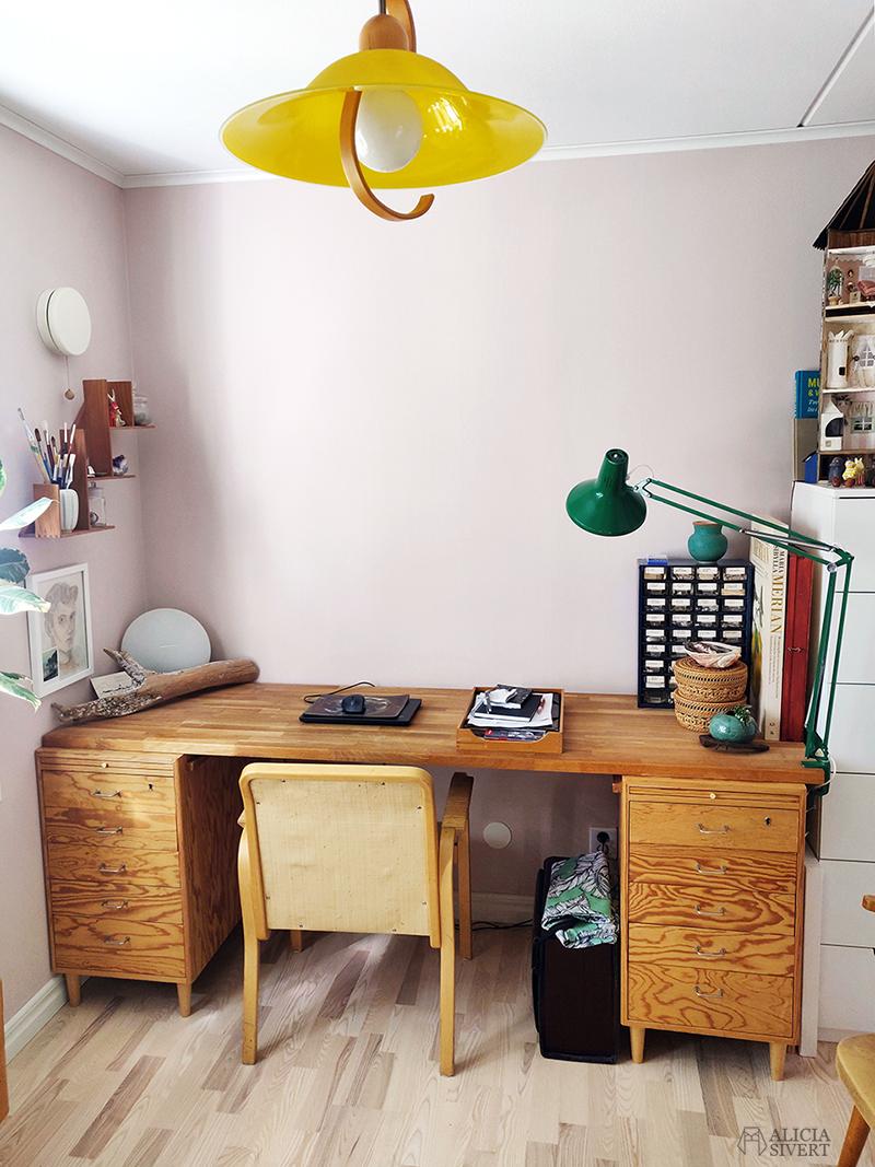 Skrivbord med hurtsar i trä. Rosa rum med gul taklampa och grön skrivbordslampa. Den kreativa första semesterveckan - www.aliciasivert.se