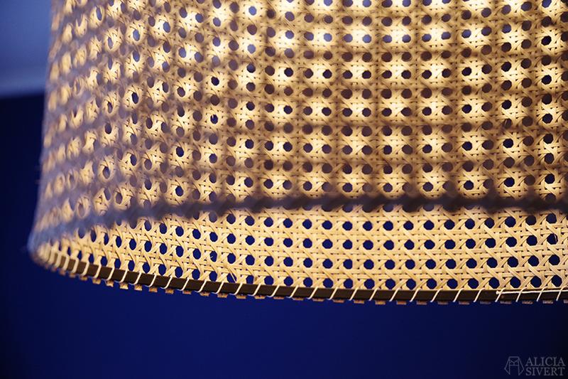 Taklampa i rotting, skapad av Alicia Sivertsson - www.aliciasivert.se // lampa rottinglampa korg stråmaterial blått sovrum mörka väggar mörkblått rosa gardiner överkast sänggavel i plywood diy do it yourself bygga skapa gör det själv