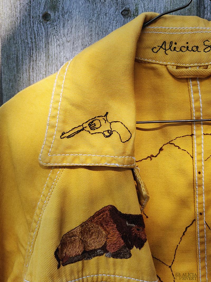Broderad pistol på gula västernjackan, broderad jacka av Alicia Sivertsson - www.aliciasivert.se