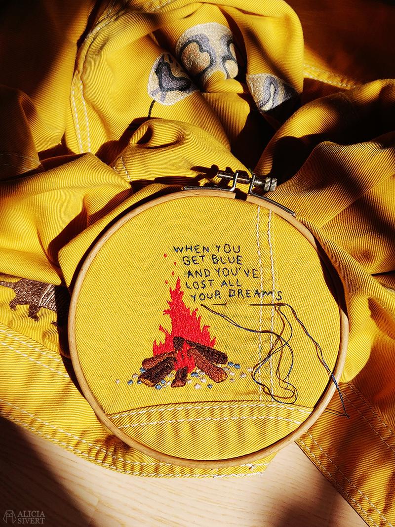 Gula västernjackan - www.aliciasivert.se // gul jacka broderad med vilda västern-motiv av Alicia Sivertsson embroidery broderier brodera på kläder campfire lucky day tom waits when you get blue