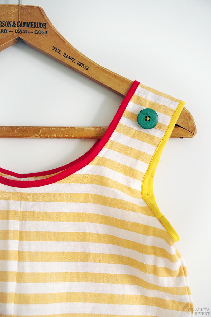Pippiförkläde, detalj. Gulrandig förklädeströja med grön knapp på axeln. Den kreativa tredje semesterveckan - www.aliciasivert.se