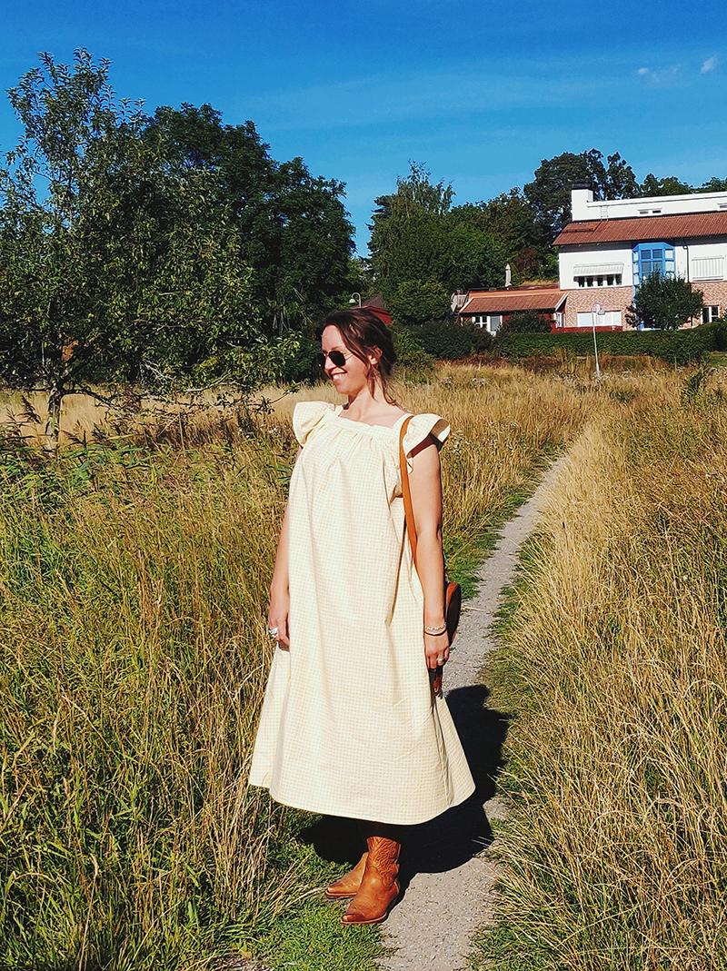 Förklädeslänning sydd av Alicia Sivertsson efter modell från Sundborn, framtagen av Karin Bergöö Larssons vänner  - www.aliciasivert.se // rutig gul klänning förkläde