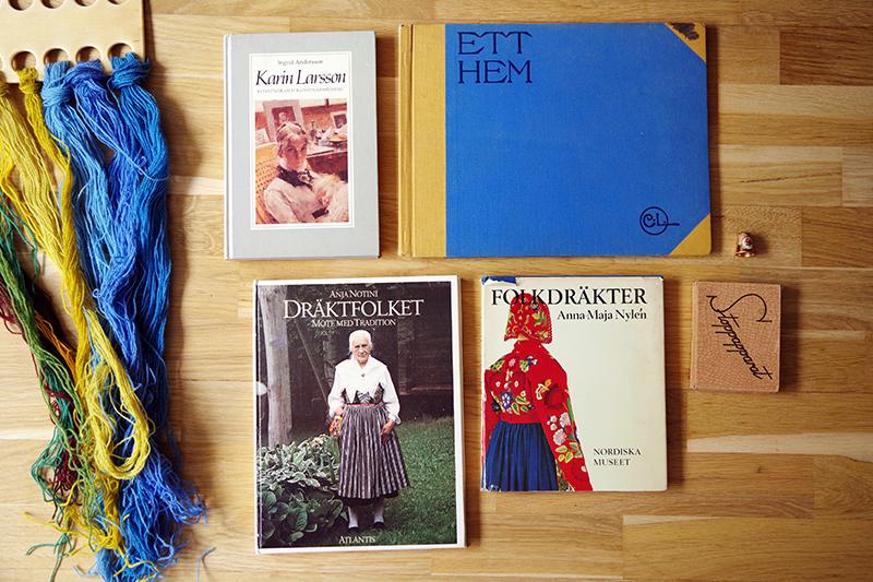 Böcker om folkdräkter och Carl och Karin Larsson. Loppisfynd i Karin Larssons anda - www.aliciasivert.se