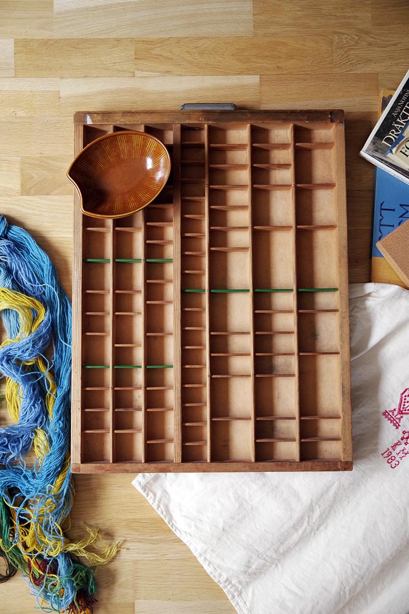 Kast eller prylhylla med några gröna hyllplan och två skålar Eldorado av Wilhelm Kåge för Gustavsbergs porslinsfabrik. Loppisfynd i Karin Larssons anda - www.aliciasivert.se