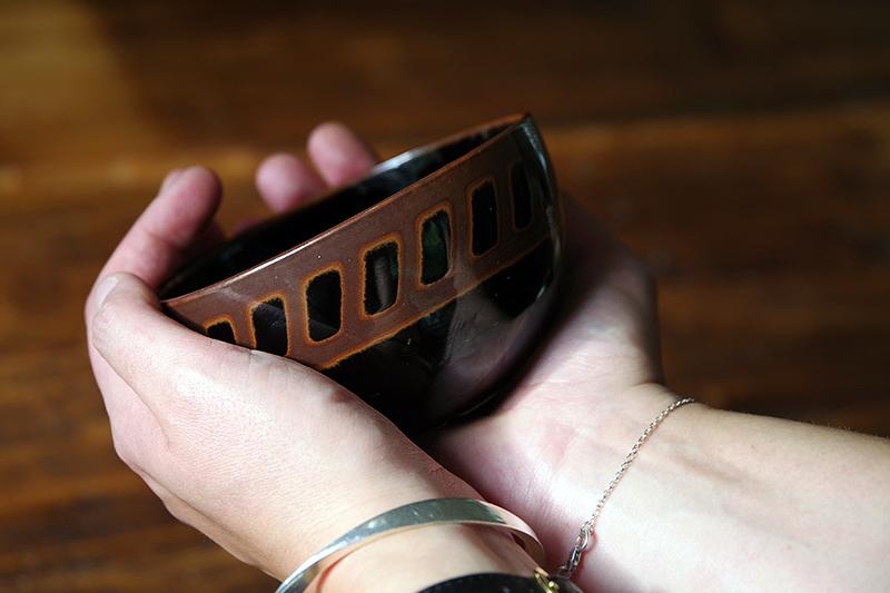 Auktionsfynd från slagauktion med Gustavsbergs auktionskammare, september 2021. Brun skål av Stig Lindberg, Gustavsbergs porslinsfabrik