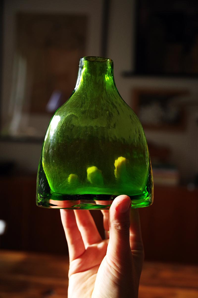 Auktionsfynd från slagauktion med Gustavsbergs auktionskammare, september 2021. Grön glasvas vas glas