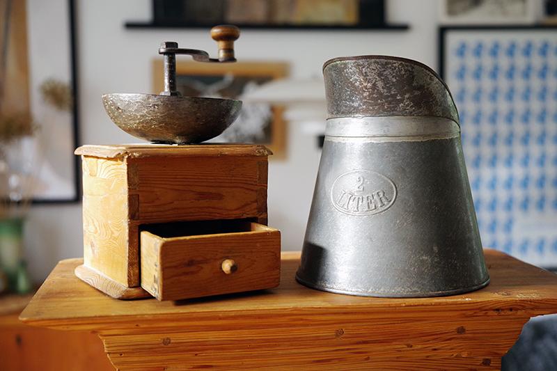 Auktionsfynd från slagauktion med Gustavsbergs auktionskammare, september 2021. Kaffekvarn, plåtkanna, kanna plåt zink