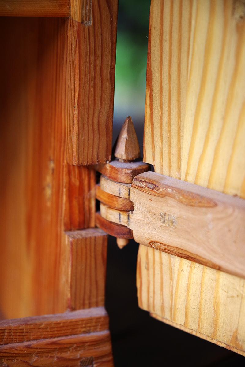 Auktionsfynd från slagauktion med Gustavsbergs auktionskammare, september 2021. Furuskåp skåp träskåp trä furu av Nils Nisse Karlsson 1974 trähantverk hantverk gångjärn