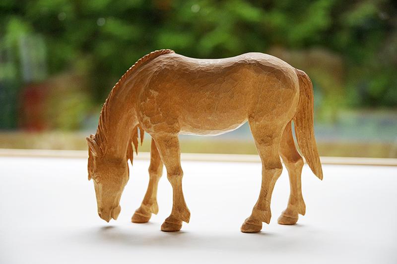 Mina trähästar, samling av hästar i trä. Betande häst i trä av Ivan Fisk