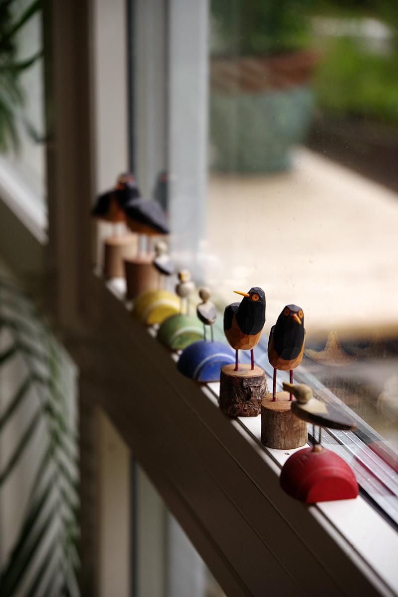 Fåglar i trä på fönsterkarm. www.aliciasivert.se - vem är samlare, vad är en samling?