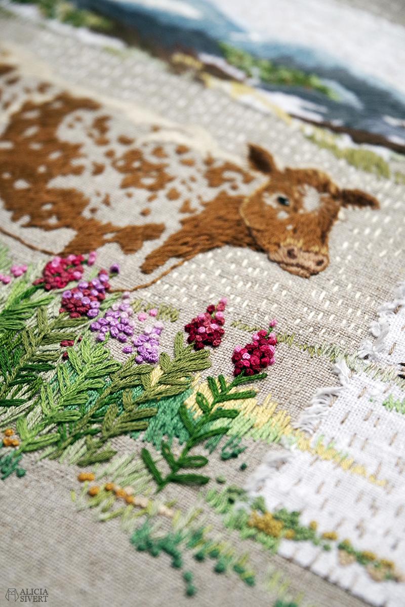 """""""Tula vall"""", broderi av Alicia Sivertsson - www.aliciasivert.se // Fritt broderi föreställande en fjällko bland rallarrosor. I bakgrunden ett dött träd vid en gärdesgård, en fäbodvall och blåtonade berg."""