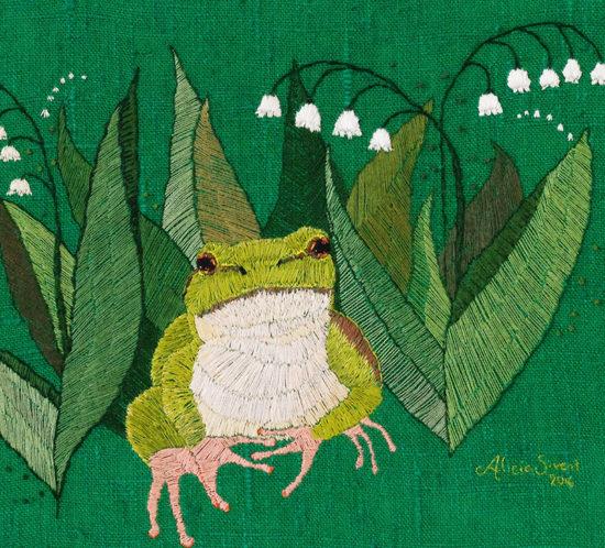 """""""Lövgroda bland liljekonvalj"""", fritt broderi av Alicia Sivertsson - aliciasivert.se. European tree frog embroidery by Alicia Sivertsson."""