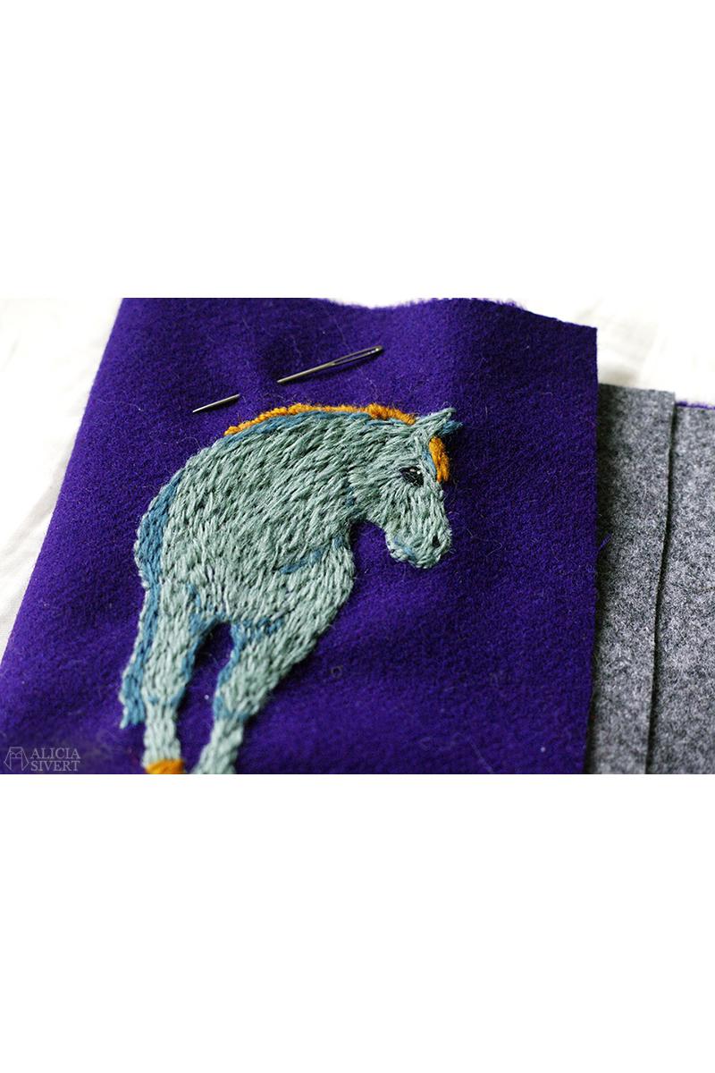Broderat syetui med motiv av en häst i ull, av Alicia Sivertsson aliciasivert.se. Yllebroderi häst brodera på ylle etui förvara sysaker sybehör sy skapa vikbart