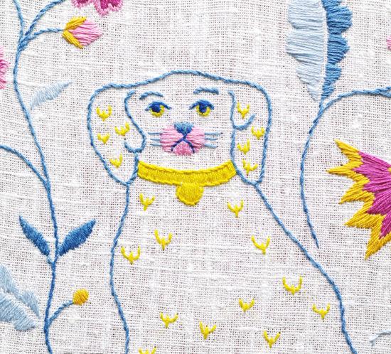 Beswick-hund i Blekingesöm, broderi av Alicia Sivertsson - aliciasivert.se. alicia sivertsson sivert aliciasivert fritt broderi handbroderi blekingesöm rosa gult blått vårfärg frihandbroderi free hand embroidery needlework hoop art textile textilkonst skapa skapande kreativitet sy brodera måla med tråd tistel blomma blommor blekinge söm landskapssöm landskapssömmar bygdebroderi plattsöm schattérsöm bottensöm stjälkstygn stygn söm porslinshund porslin hund parhundar spaniel beswick staffordshire beswickhund dog dogs figurin figurine